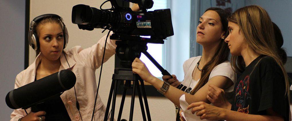 Film din forening er titlen på et kursus - på billedet ses 3 unge kursister i videoproduktion